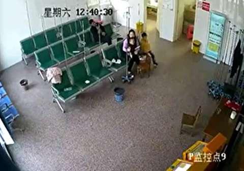 ورود ناگهانی یک خودرو به سالن انتظار بیمارستان