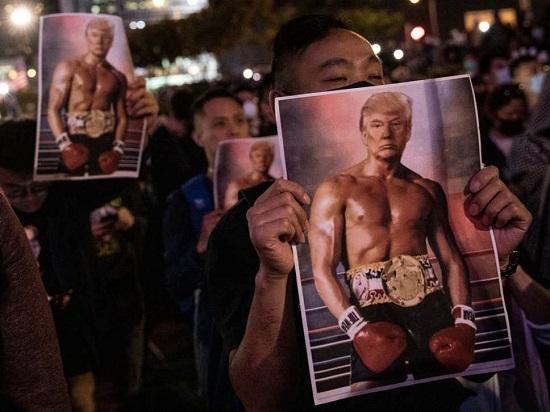 پوسترِ ترامپِ راکی در دست معترضان هنگکنگی