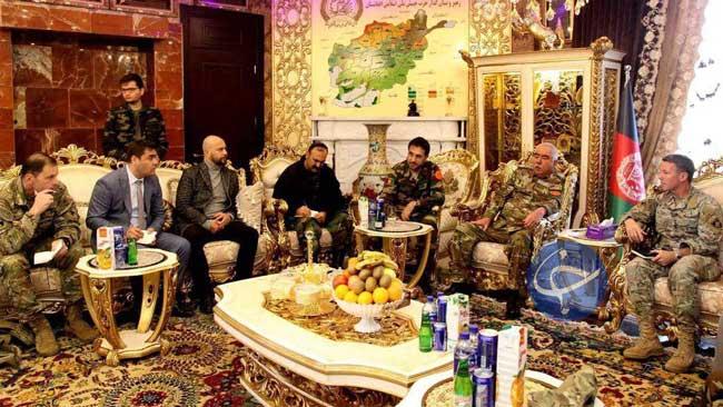 پذیرایی افغانها از ژنرال آمریکایی با آبمیوه ایرانی +عکس