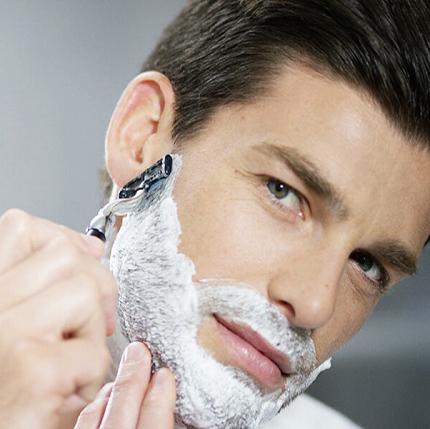 آقایان با این روش ها پوست صورت را بعد اصلاح نرم کنید