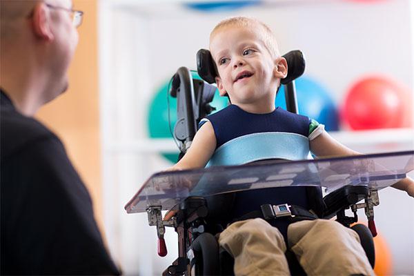 چگونه میشود که کودکان دچار فلج مغزی میشوند؟