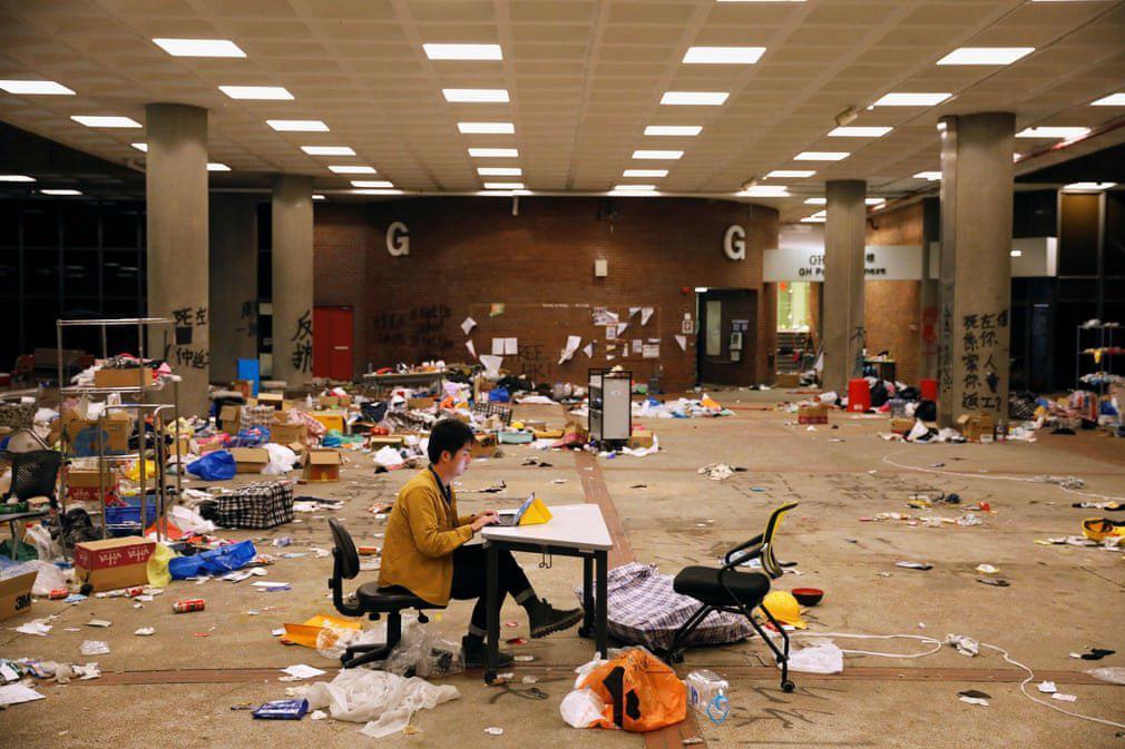 خبرنگار هنگ کنگی در حال ارسال گزارش پس از اعتراضات + عکس