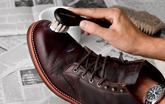 ۵ نکته درباره تمیز کردن و برق انداختن کفشهای چرمی