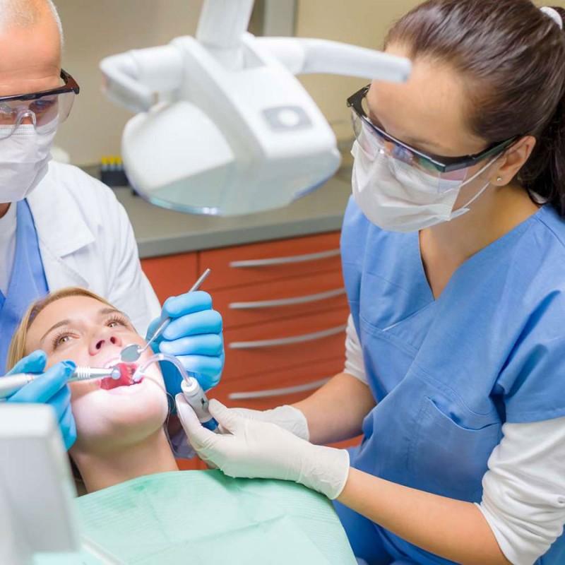 آیا با وجود کرونا میتوان به مراکز دندانپزشکی مراجعه کرد؟