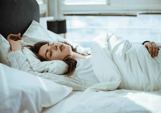 ۲۰ ترفند علمی برای خواب سریع و بدون غلتیدن