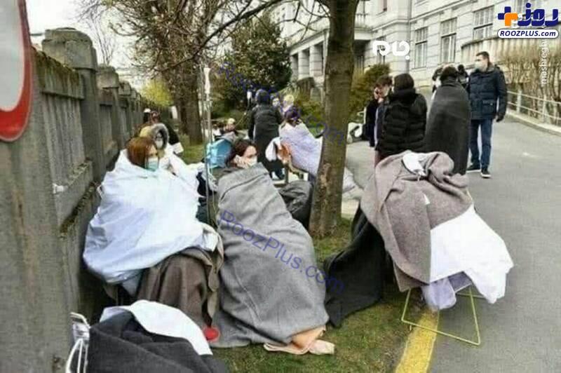 بستری کردن بیماران کرونایی در خیابان به دلیل کمبود جا+عکس