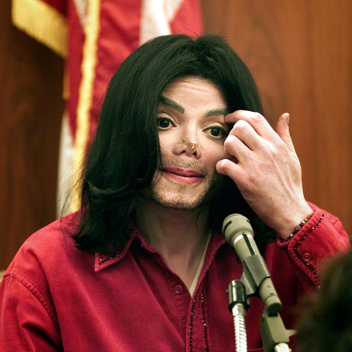 یکی از شاهدان عینی مدعی شده که مایکل جکسون هنگام مرگ بینی نداشته و در واقع از بینی مصنوعی استفاده می کرده است.