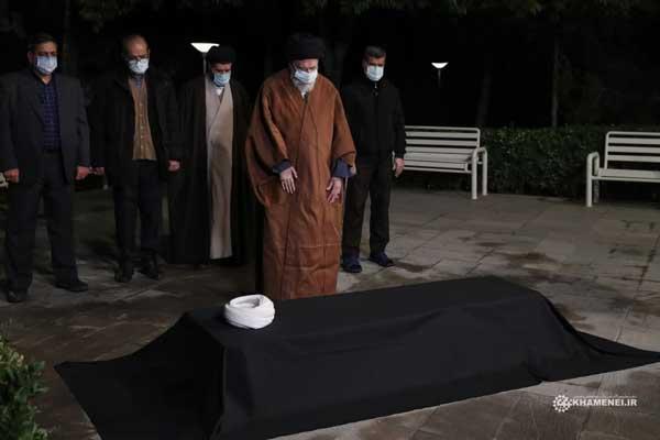 نماز رهبر انقلاب بر پیکر آیتالله مصباح یزدی+عکس