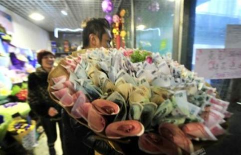 مردی که بجای دسته گل دسته پول به همسرش هدیه داد + عکس
