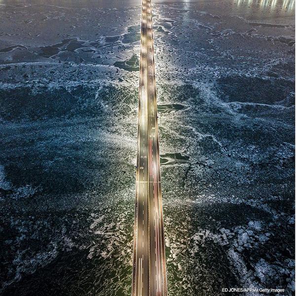 تصویری جالب از پلی بر روی رودخانه یخ زده