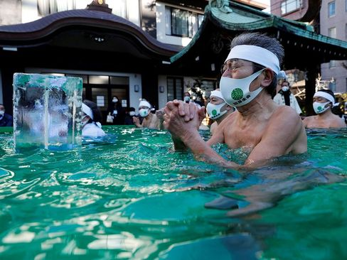 دعا در آب یخ برای پایان یافتن بحران کرونا+ عکس