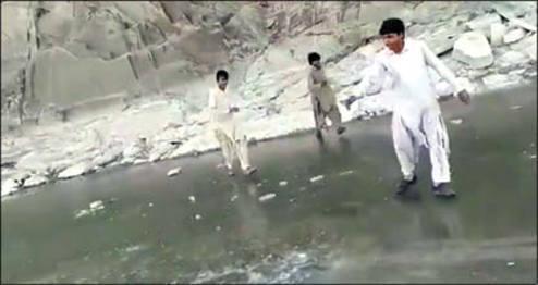 یخ بستن رودخانه در سیستان و بلوچستان +عکس
