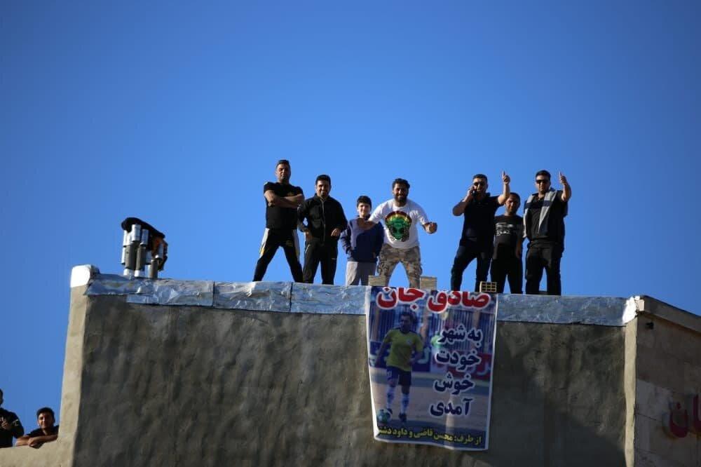 هواداران مسجد سلیمانی روی پشت بام+عکس
