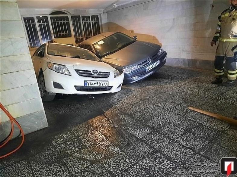 پارکینگی در تهران سواری پژو پرشیا و تویوتا را بلعید +عکس