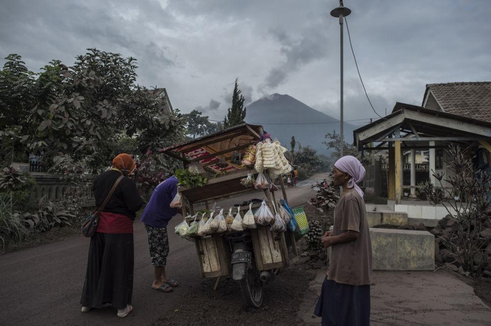 زندگی در کنار آتشفشان بیدار شده + عکس