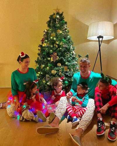کریسمس رونالدو در کنار خانواده +عکس