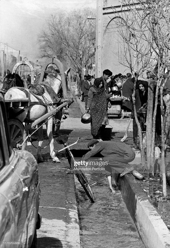 شستشو در جوی خیابانی در تهران سال ۱۳۳۵ + عکس