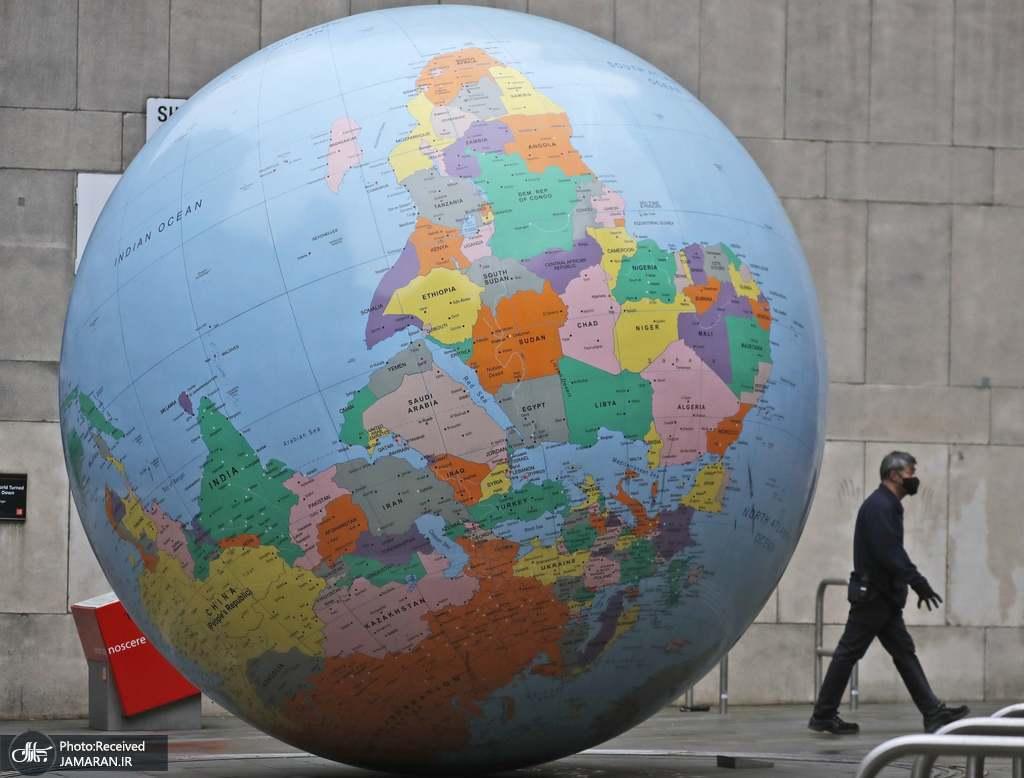 مجسمه غول پیکر کره ای زمین در لندن + عکس
