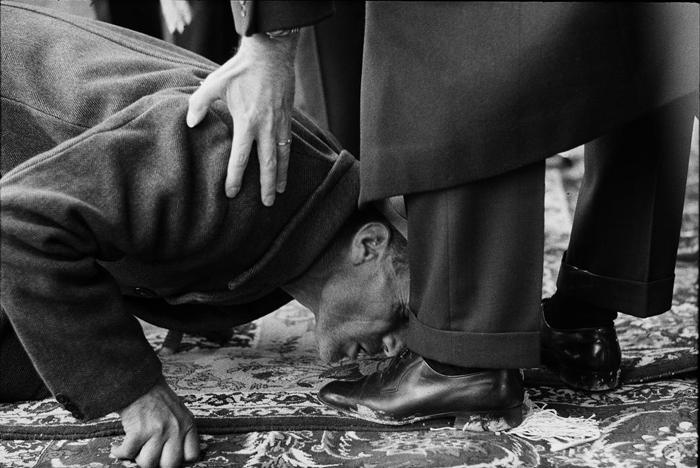بوسیدن کفش شاه توسط یک پیرمرد+عکس