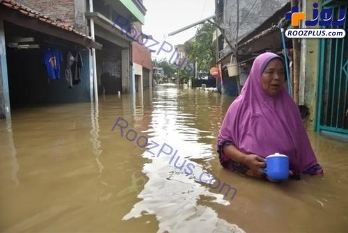عکسی عجیب از یک زن در سیل اندونزی