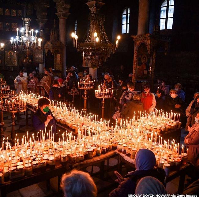 دعای روبه روی شیشه های عسل در کلیسا+ عکس