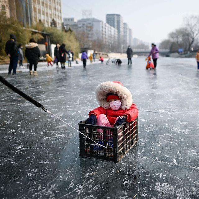 یک کودک در رودخانه یخ زده پکن + عکس