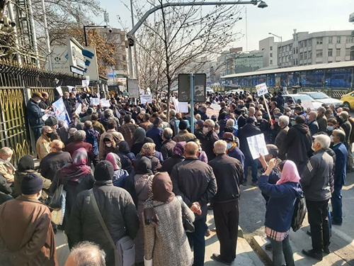 تجمع بازنشستگان در مقابل سازمان تامین اجتماعی