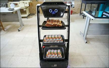 پذیرایی ربات خوش خنده ایرانی از مهمانان