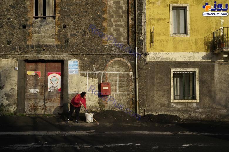 جارو کردن غبارهای آتشفشان در خیابان های ایتالیا+عکس