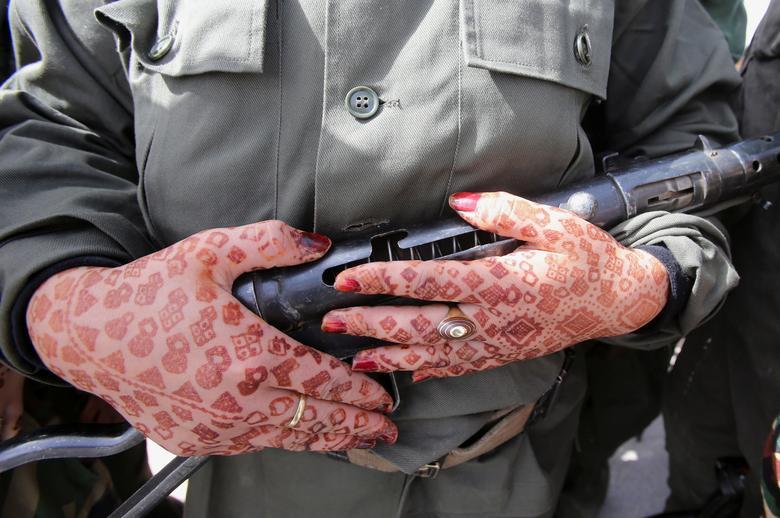 اسلحه در دست سرباز خانم الجزایری + عکس