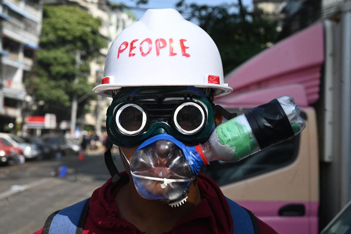 ماسک ضد گاز اشک آور معترض میانماری + عکس