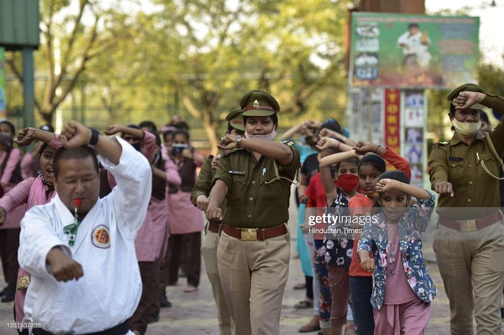 آموزش دفاع شخصی به زنان هندی توسط پلیس + عکس