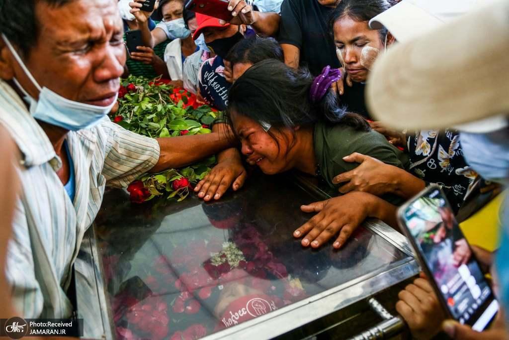 مراسم تشییع جنازه یکی از معترضین به کودتای نظامی میانمار + عکس
