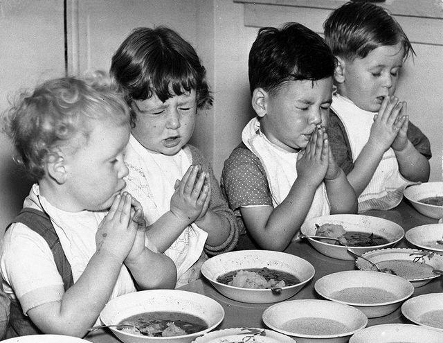 دعا خواندن جالب کودکانه قبل از خوردن غذا + عکس
