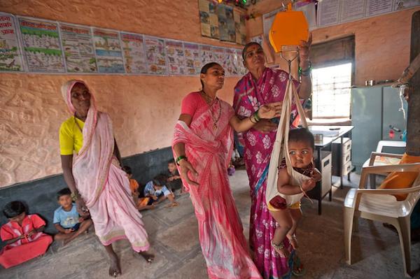 معاینه وزن نوزادان هندی +عکس