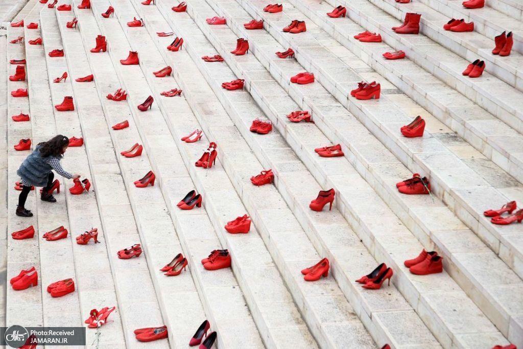اعتراض به خشونت علیه زنان با کفش های قرمز + عکس