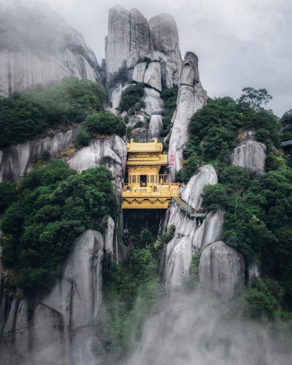 معبدی در میان کوهستان + عکس