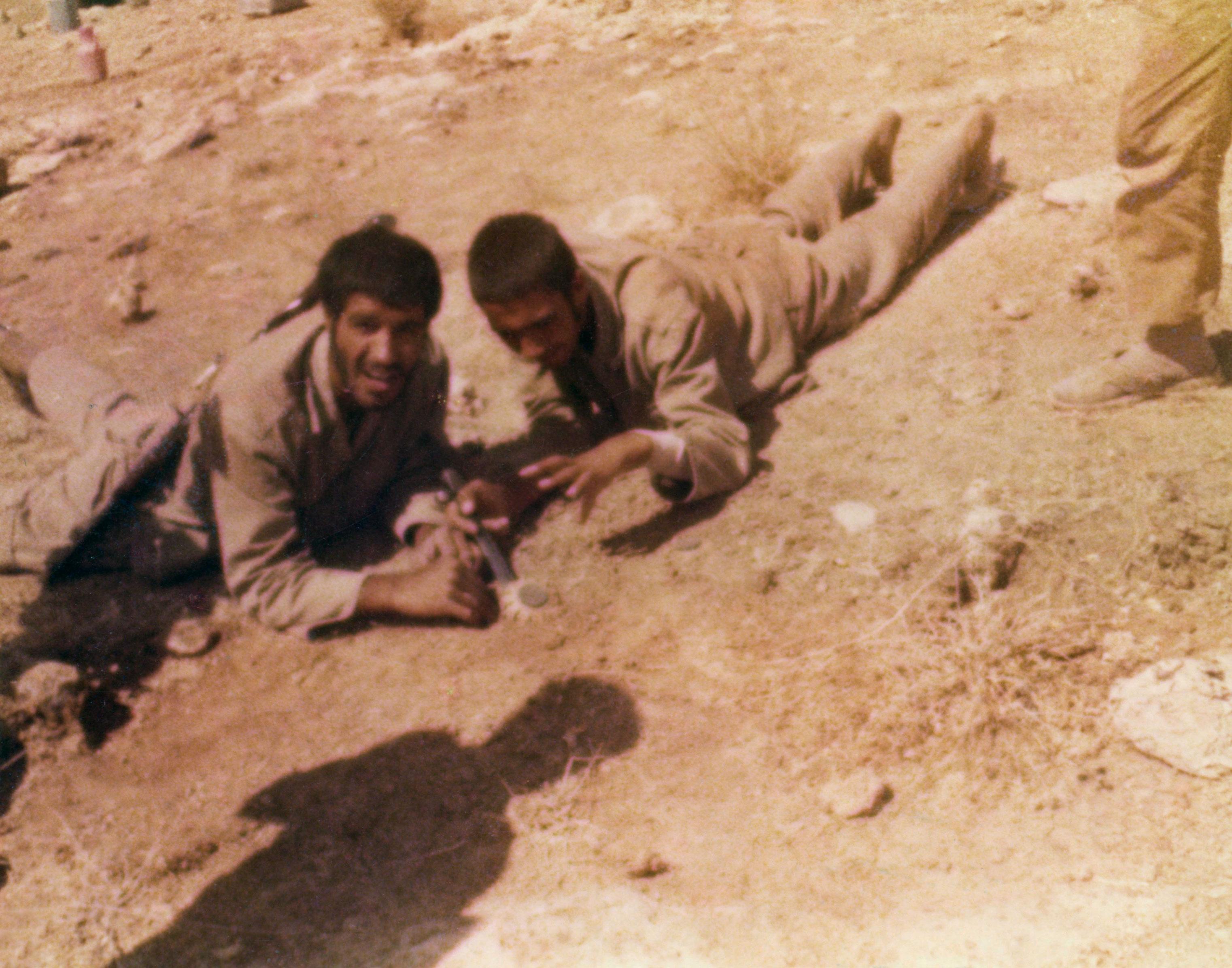 دو شهید در حال خنثی سازی مین + عکس
