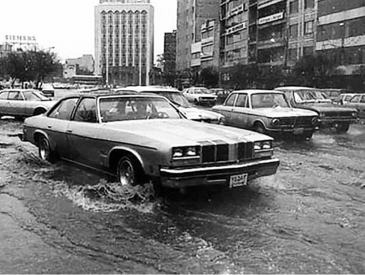 یک روز بارانی در تهران سال ۱۳۵۵ + عکس