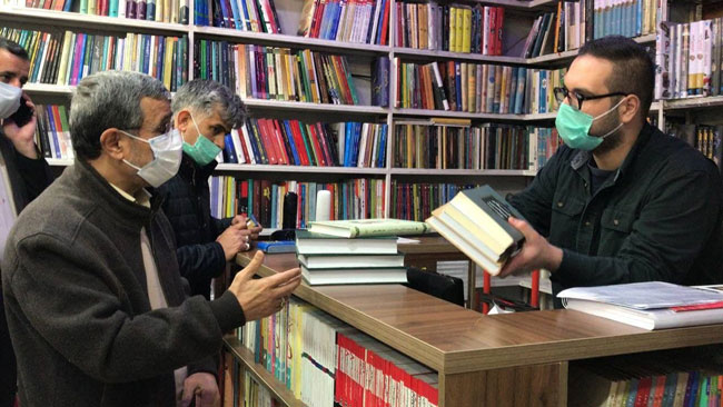 احمدینژاد در کتابفروشیهای خیابان انقلاب+عکس