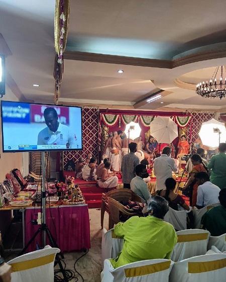 تماشای مسابقه وسط مراسم عروسی+عکس