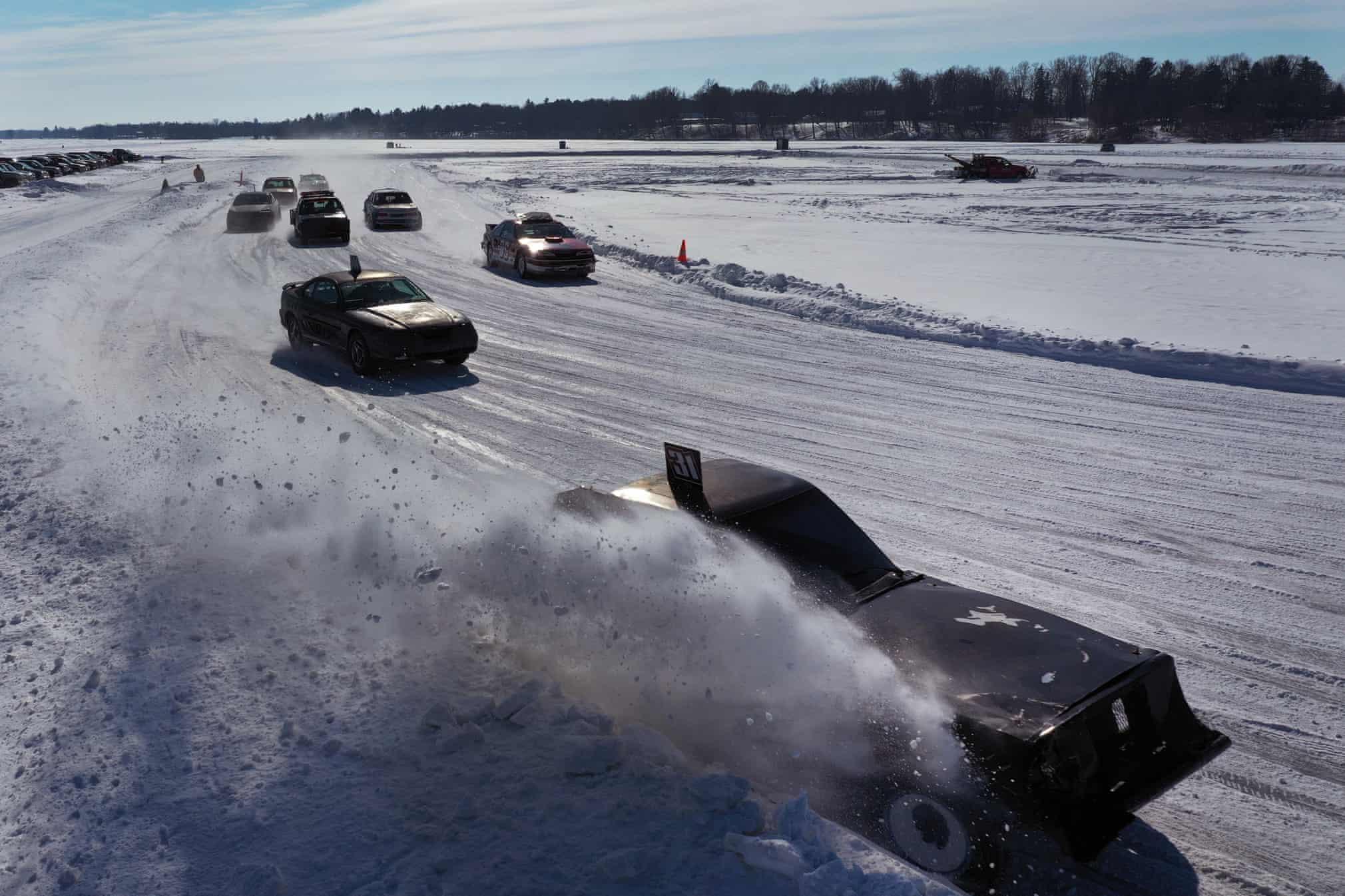 مسابقه اتومبیلرانی روی دریاچه یخ زده + عکس