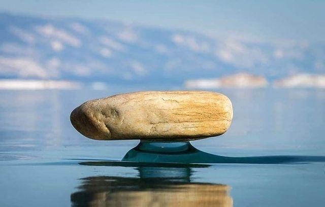 این سنگها گویی به صورت اسرارآمیزی کمی بالاتر از سطح دریاچه یخ زده بایکال در هوا شناور ماندهاند!
