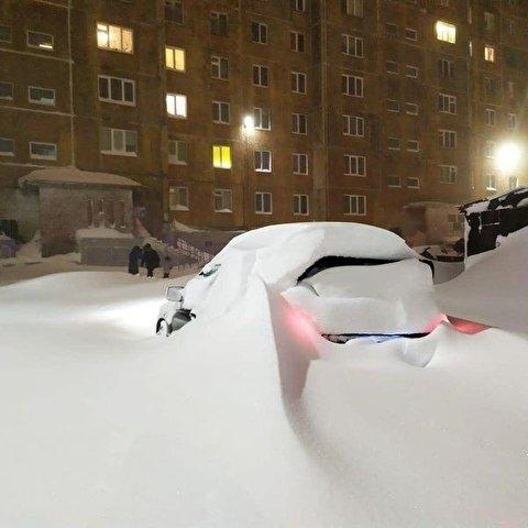 تصاویر باورنکردنی از مدفون شدن ماشین ها زیر برف