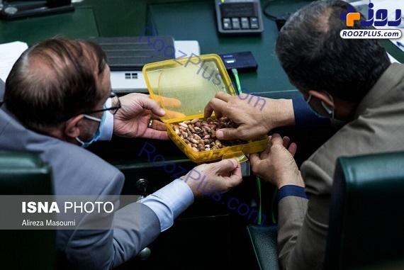آجیل خوردن نمایندگان مجلس وسط جلسه علنی+عکس
