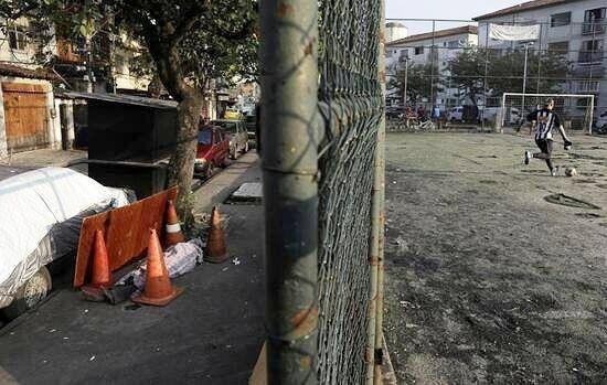 بازی فوتبال در کنار جسد کرونایی در خیابان+ تصویر
