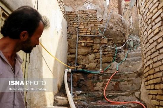 تصویری عجیب از لولهکشی آب در حصیرآباد