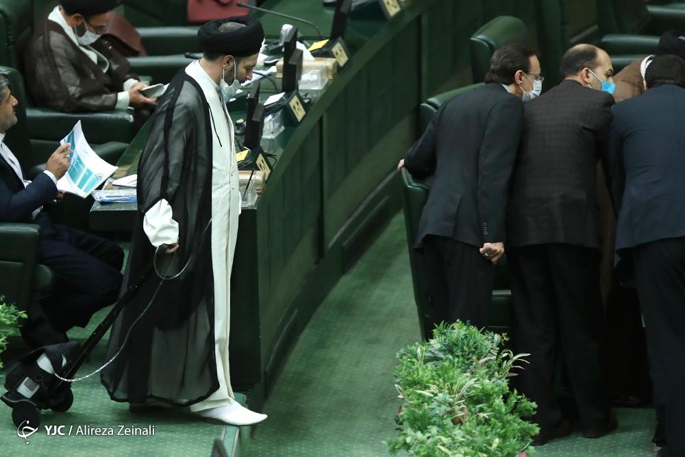 نماینده ای با کپسول اکسیژن در صحن مجلس + عکس