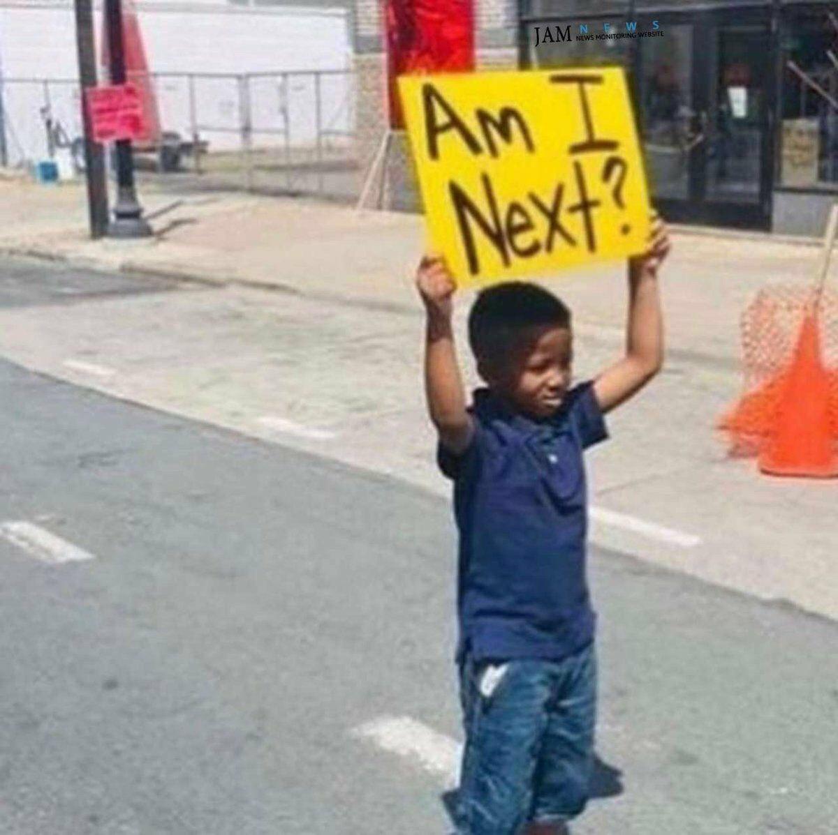پلاکارد جنجالی یک کودک سیاهپوست +عکس