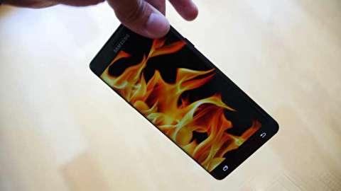 آتش گرفتن ناگهانی موبایل در جیب فروشنده